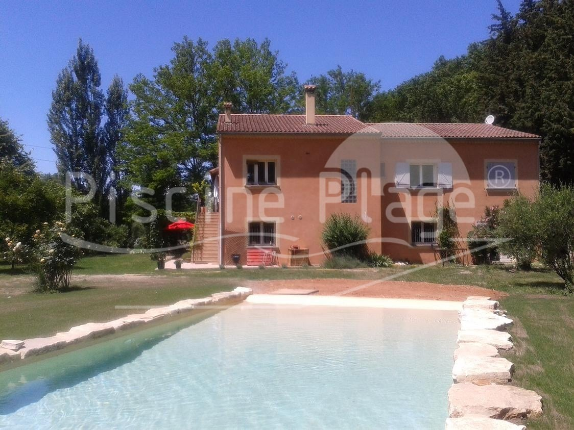 BB-in-south-of-France-with-exotic-swimming-pool