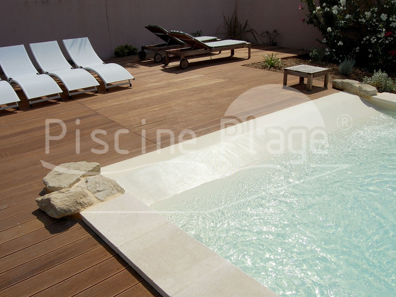 votre propre piscine avec plage priv e cavaillon. Black Bedroom Furniture Sets. Home Design Ideas